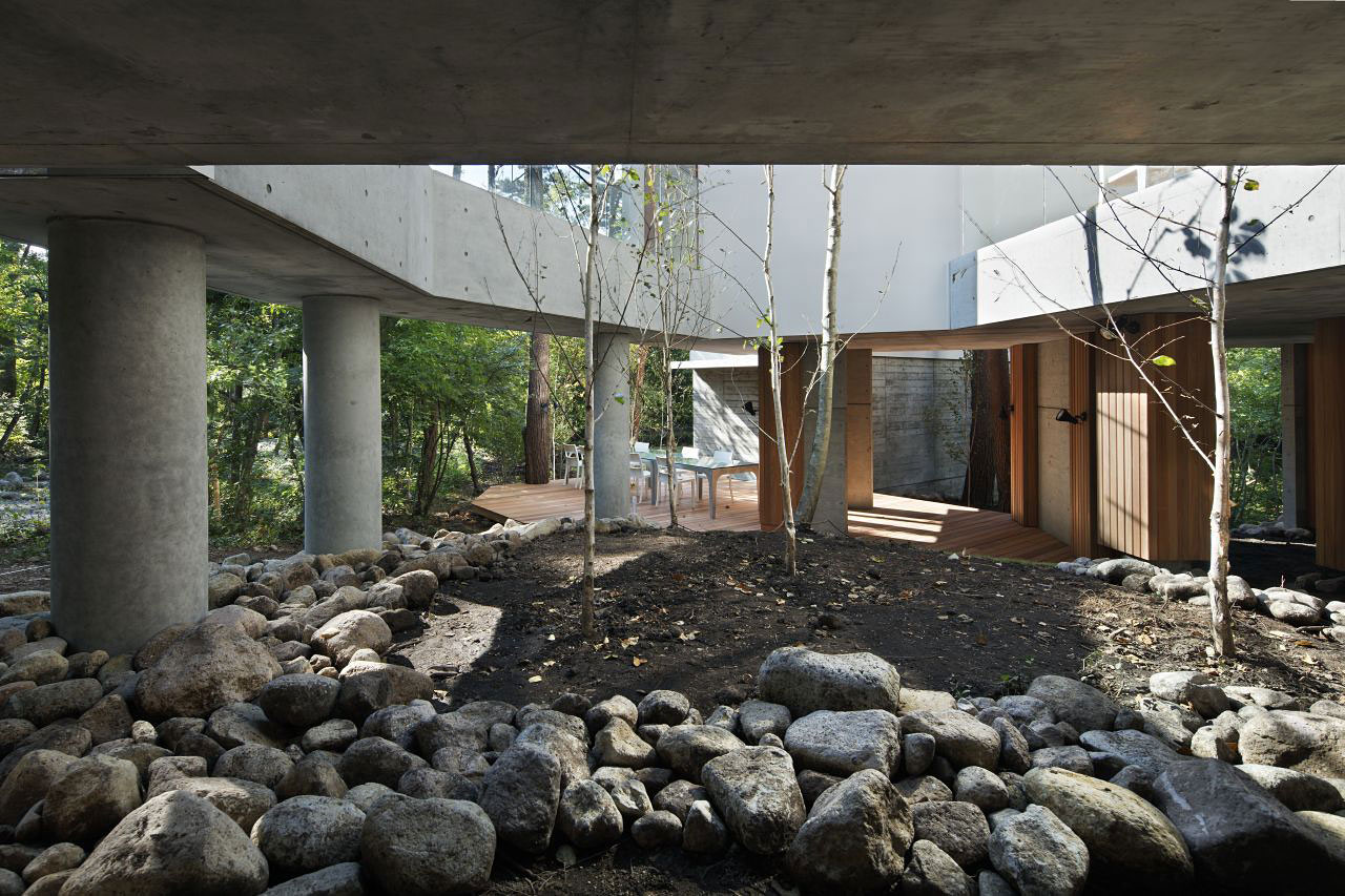Super Natural Gray Pebbles and Rocks Spread over the Residence of Daisen Ground with Thick Pillars