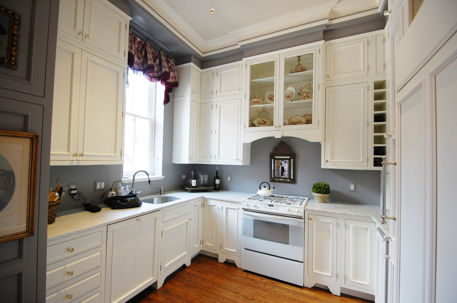 Classic White Cabinets and Granite Countertop beside Grey Walls Kitchen in Traditional Kitchen