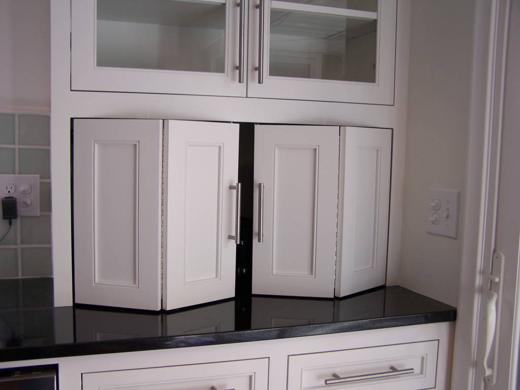 Black Top Counter and Simple Backsplash beside Cabinet plus Nice Kitchen Cabinet Door Hinges